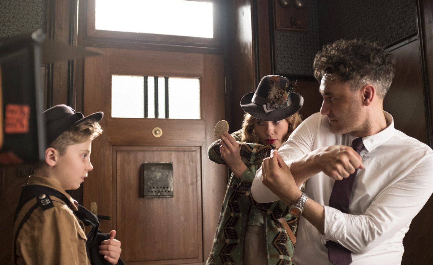 "Taika Waititi am Set von ""Jojo Rabbit"""