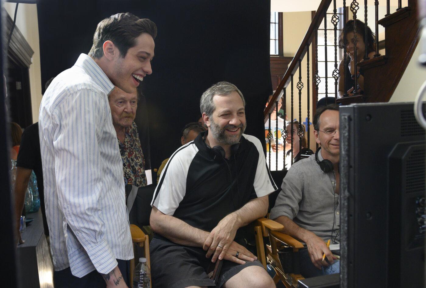 Pete Davidson mit Judd Apatow am Set von «The King of Staten Island»