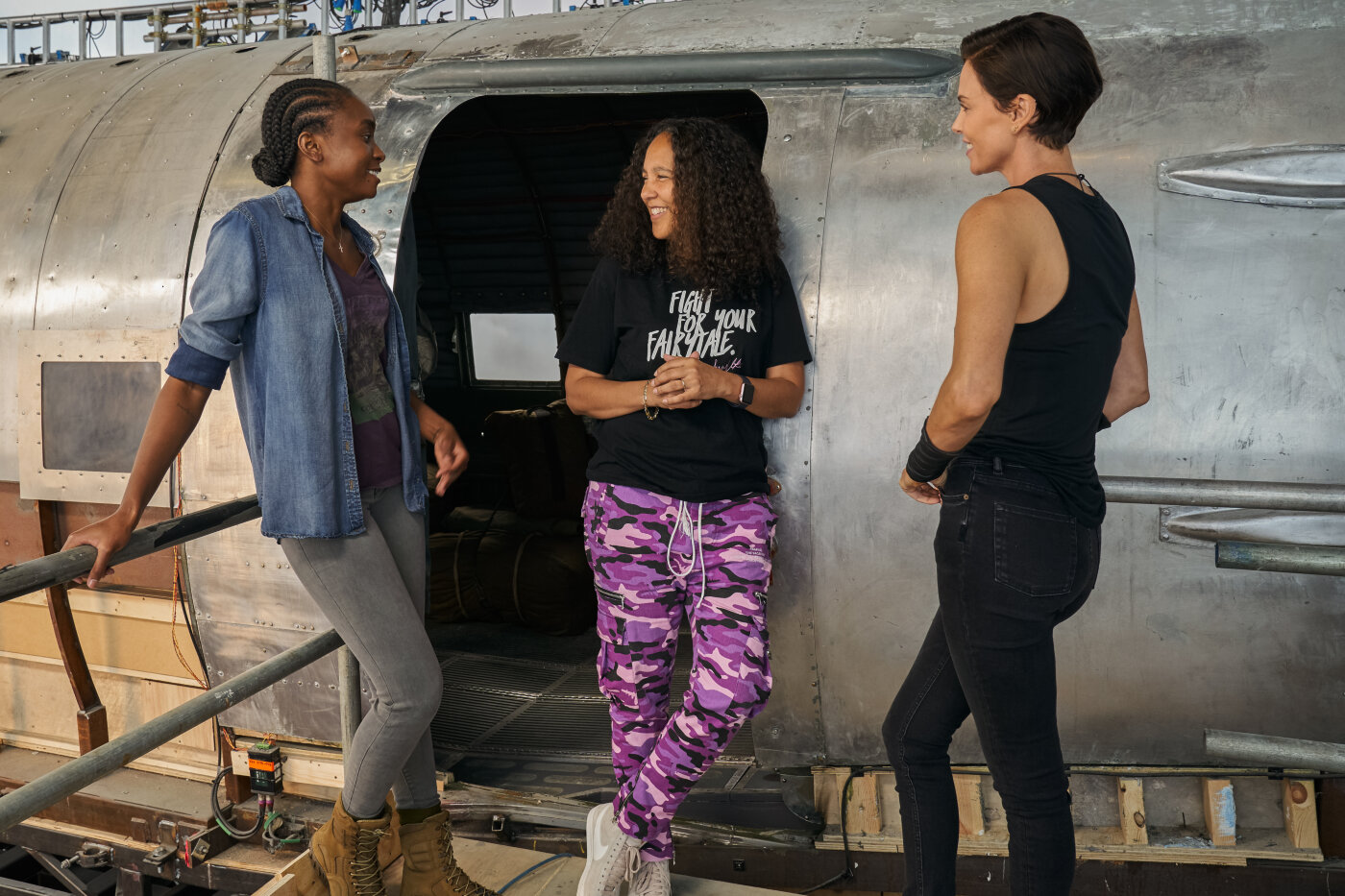 Kiki Layne mit Regisseurin Gina Prince-Bythewood und Charlize Theron am Set von «The Old Guard»